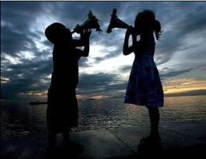 Imagem-de-duas-criancas-perto-do-mar-fingindo-cantar_01